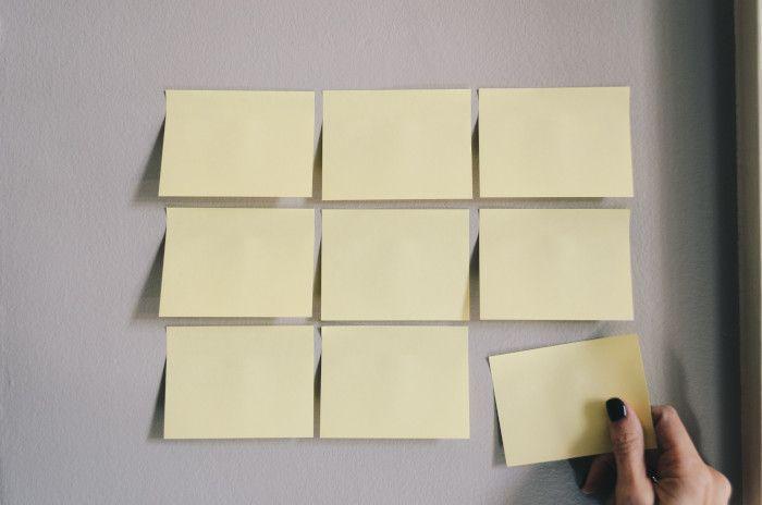 Notas autoadesivas utilizadas no Kanban coladas na parede, em branco.