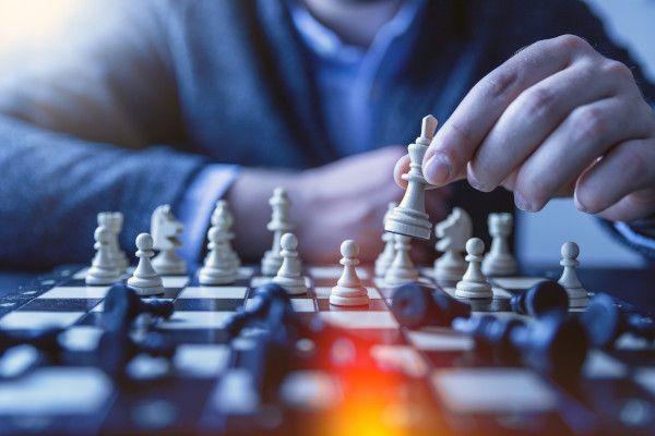 Homem jogando xadrez.