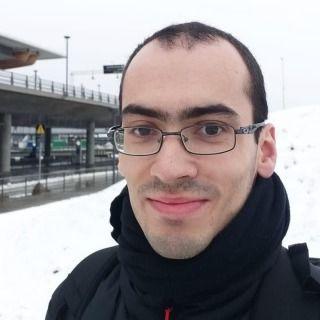 Foto do Luiz: homem branco com óculos e roupa preta em frente à neve.