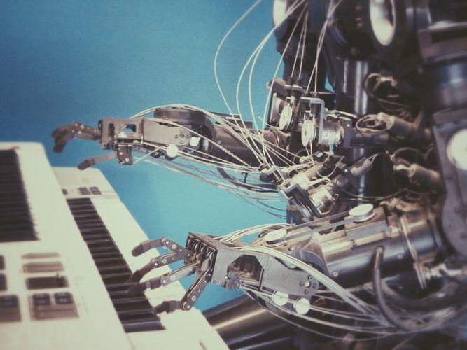 Foto de um robô tocando teclado.