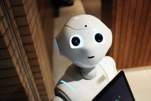 Foto de um robô sorrindo e olhando para a câmera representando o que o futuro espera para os lifelong learners