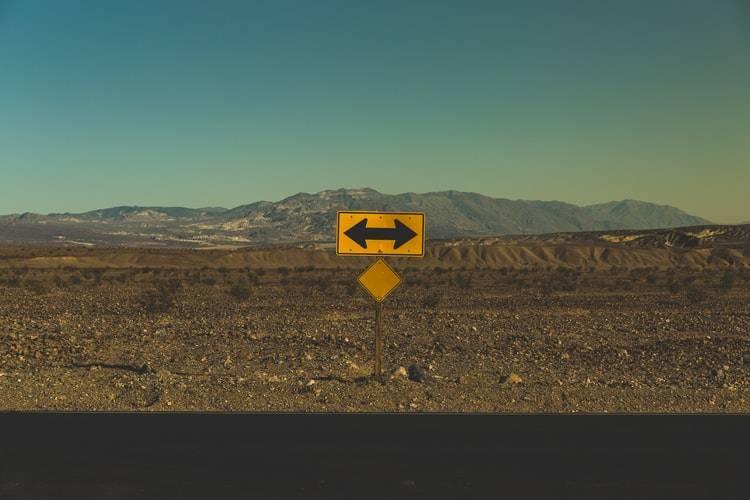 Como tomar decisões? Foto de uma placa indicando duas direções para seguir.